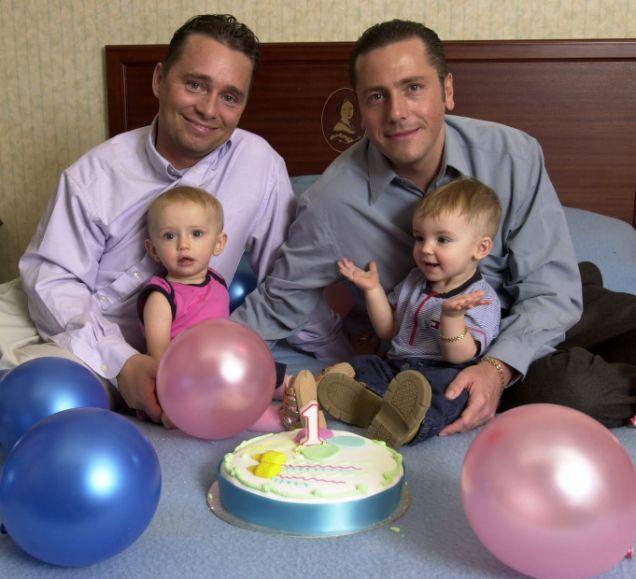 papà gay con due gemelli