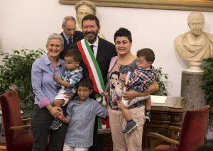 Marilena e Laura, una delle 16 coppie Gay presenti oggi in Campidoglio in occasione della trascrizione davanti al sindaco Ignazio Marino, del loro matrimonio contratto all'estero, Roma, 18 ottobre 2014. ANSA/MASSIMO PERCOSSI