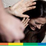 """""""Sei malata"""" e giù calci e pugni alla figlia bisessuale: genitori denunciati a Rimini"""