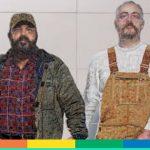 La coppia gay che si tiene per mano nell'opera dentro la metro di New York