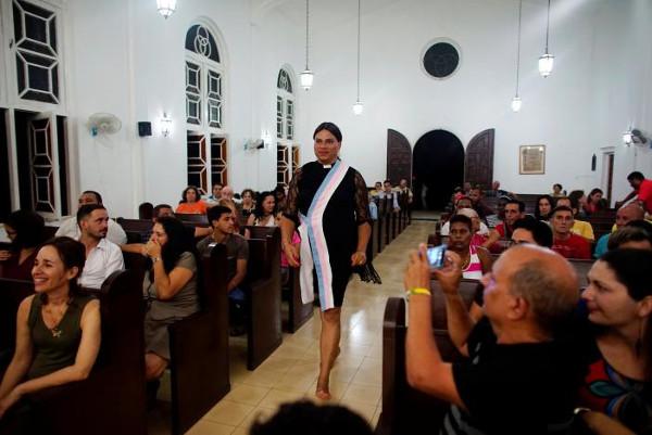 Cuba tre pastore transgender celebrano messa circondate - Bandiere bianche a colori ...