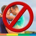 """Salerno, giovane coppia gay rimproverata in uno stabilimento balneare: """"Siate composti, ci sono bambini"""""""