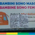 """Il bellissimo messaggio di una diciottenne, attaccato sul manifesto del bus """"no-gender"""""""