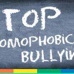 """Il bulletto omofobo lo insulta, la sua scuola appende gli striscioni: """"Rifiutiamo l'omofobia"""""""