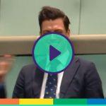 """Proposta di matrimonio durante il dibattito in aula, il deputato australiano al suo compagno: """"Vuoi sposarmi?"""""""