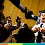 Gli omofobi interrompono il comizio di Pete Buttigieg e lui li silenzia con classe