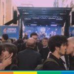 Questi baci al comizio di Salvini sono la migliore risposta all'omofobia della Lega