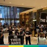 """""""Potere trans"""" gli attivisti Lgbtqi invadono la Trump Tower di New York"""