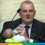 Il video del presidente della Camera neozelandese che allatta il figlio del collega diventa virale