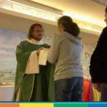 Verona, torna a celebrare messa il prete che ha sposato il compagno