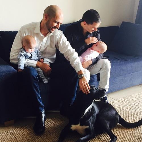 IL - Amir Ohana (camicia bianca) e Alon Hadad con i figli surrogati ed il loro cane. Foto Maayan Jaffe.jpg
