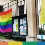 Milano, il municipio nega la bandiera arcobaleno, la portano gli attivisti
