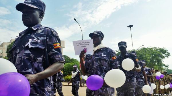polizia_uganda_tacchi1